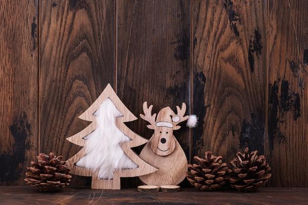 クリスマスの木製の背景とグリーティングカードの装飾