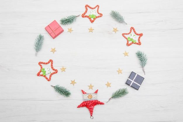 크리스마스 트리와 붉은 장식 크리스마스 나무 배경. 소박한 나무 배경으로 크리스마스 화 환입니다.
