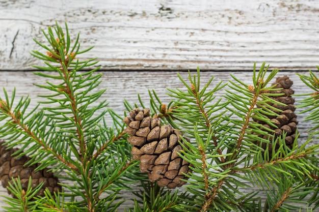 雪モミの木とクリスマスの木製の背景。テキストのコピースペースを含む上面図