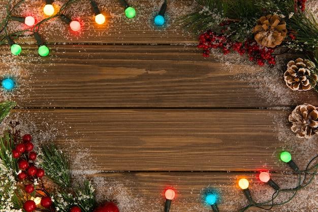 눈 덮인 조명 된 갈 랜드와 크리스마스 나무 배경