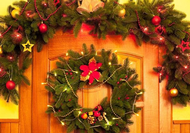 문에 크리스마스 화환과 테두리