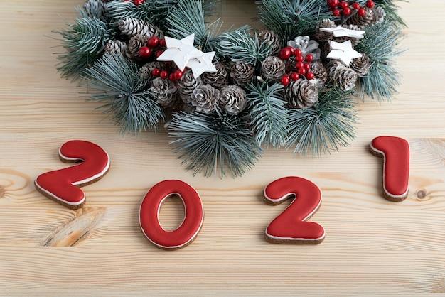 Рождественский венок и красный номер 2021 из имбирных пряников. с рождеством христовым фон.