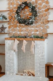 Рождественский венок и носки для подарков
