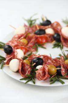 Рождественский венок - антипасто. канапе салями с оливками, сыром моцарелла.