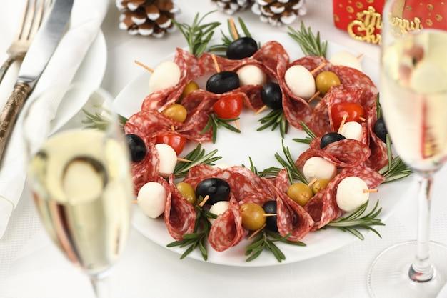 クリスマスリース-前菜。サラミカナッペとオリーブ、ベビーモッツァレラチーズ。