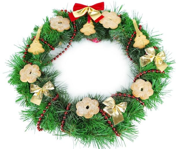 흰색으로 격리된 쿠키로 장식된 크리스마스 화환