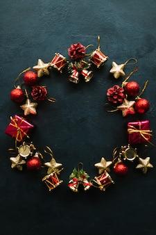 장난감에서 만든 크리스마스 화 환 장식입니다. 파란 벽에 창조적 인 휴가 원