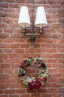 木製のドアのクリスマスリースの装飾