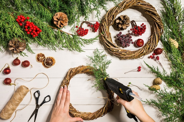 손으로 만든 diy로 크리스마스 화환 장식을 직접하십시오.