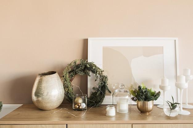 Рождественский венок рамка, свечи, рамка, еловые ветки, золотые украшения на деревянном столе
