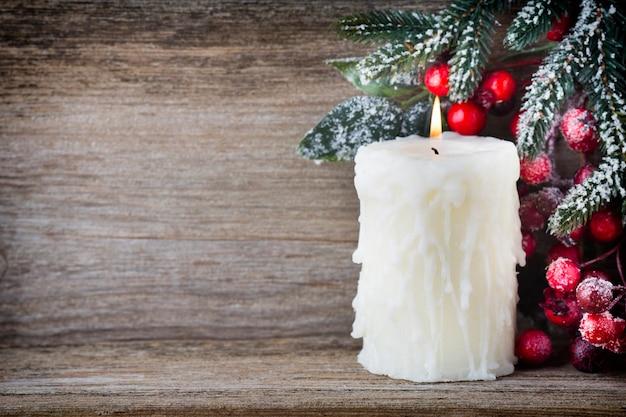 赤い果実、毛皮の木、コーンからのクリスマスリース