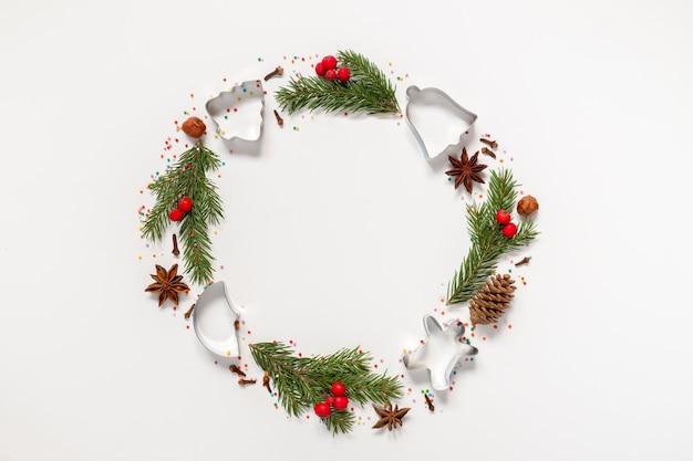 Рождественский венок из формочки для печенья, специй и елки