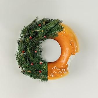 松の枝とベーグルで作られたクリスマスリース。フラットレイ。休日のコンセプト。