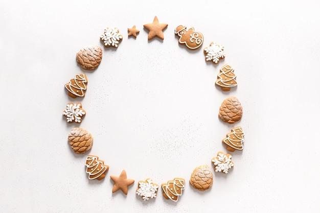 흰색 바탕에 수 제 유약 된 쿠키의 크리스마스 화 환. 위에서 봅니다. 평평하다.