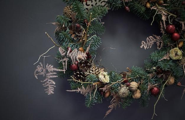 Рождественский венок из виноградных лоз, украшенный еловыми ветками, елочными шарами и натуральными материалами,
