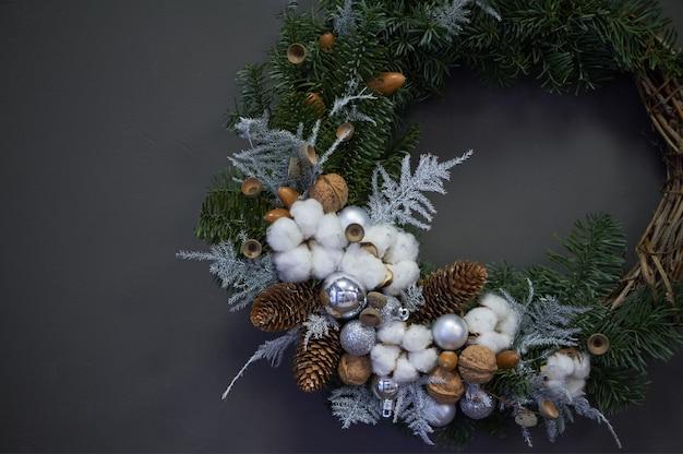 Рождественский венок из лозы украшен еловыми ветками