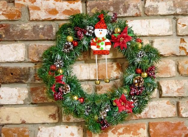 レンガの壁にクリスマスリース