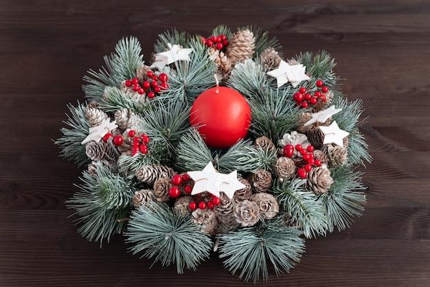 어두운 나무 배경에 크리스마스 화 환입니다. 새해 구성. 크리스마스 장식.