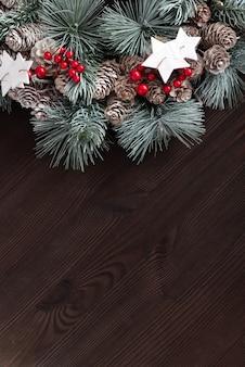 어두운 나무에 크리스마스 화 환