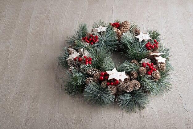 灰色の背景にクリスマスリース。冬の休日の装飾。
