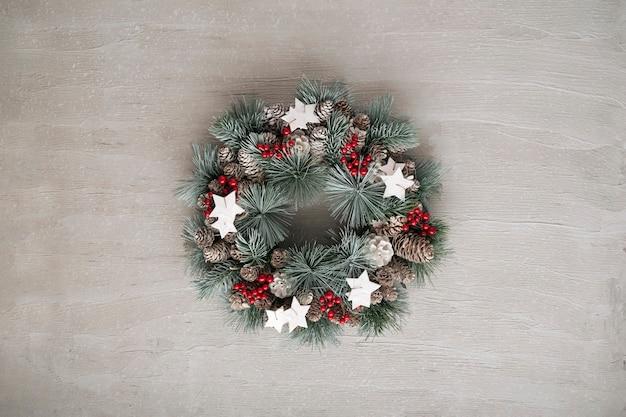 Рождественский венок на сером фоне. зимний праздник шаблон. скопируйте пространство. новый год.