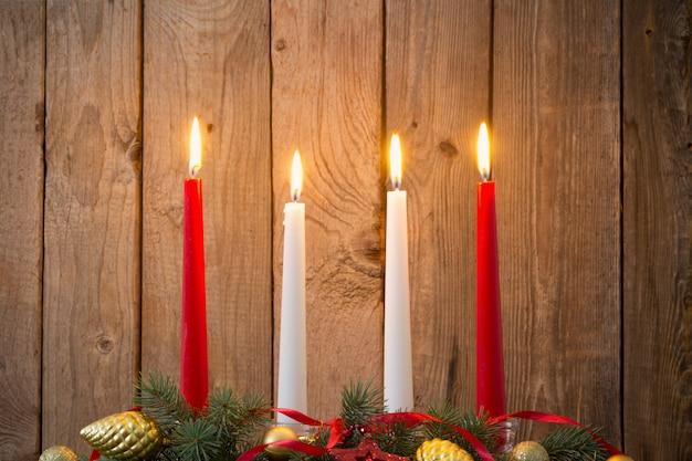 오래 된 어두운 배경에 크리스마스 화 환