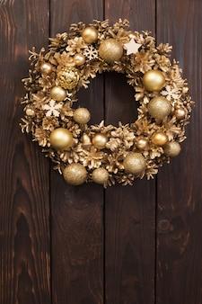 Рождественский венок на старой деревянной стене