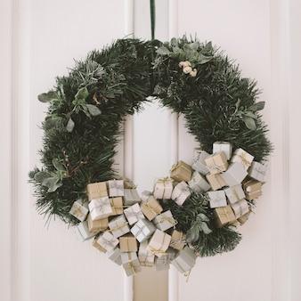 ドアのクリスマスリース新年のインテリアの詳細