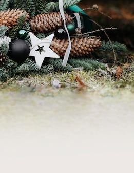 地面にクリスマスリース