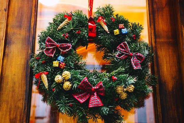 상점 유리 나무 문 크리스마스 또는 새해 장식에 크리스마스 화환