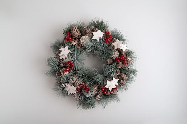 白い背景の上のクリスマスリース。冬の休日のパターン。スペースをコピーします。新年。