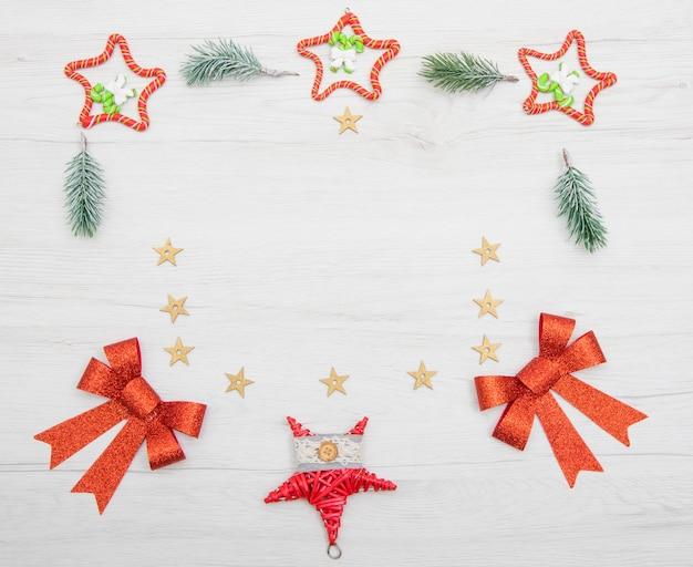 白い背景の上のクリスマスリース