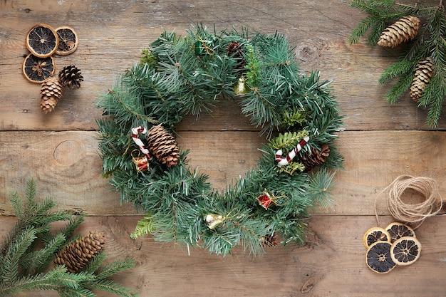 Рождественский венок на деревянных фоне