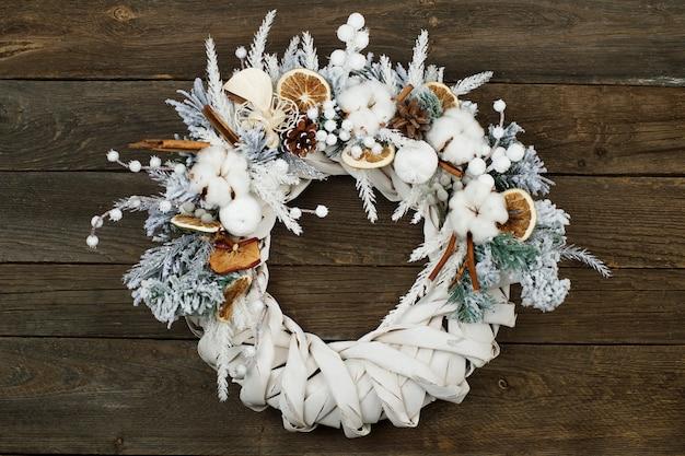 Рождественский венок на деревянном кирпиче