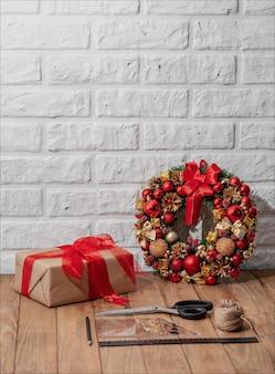 Рождественский венок на деревянном столе. рождественский декор ручной работы