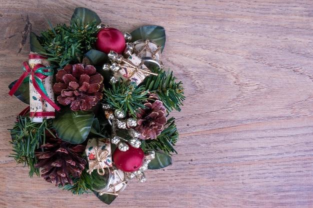 나무 테이블에 크리스마스 화 환입니다.