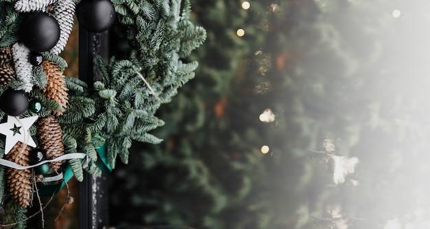 Рождественский венок на открытом воздухе фон