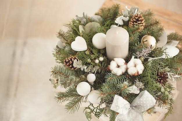 Рождественский венок с корицей и шишками и сушеными апельсинами с веточками ели. ручная композиция