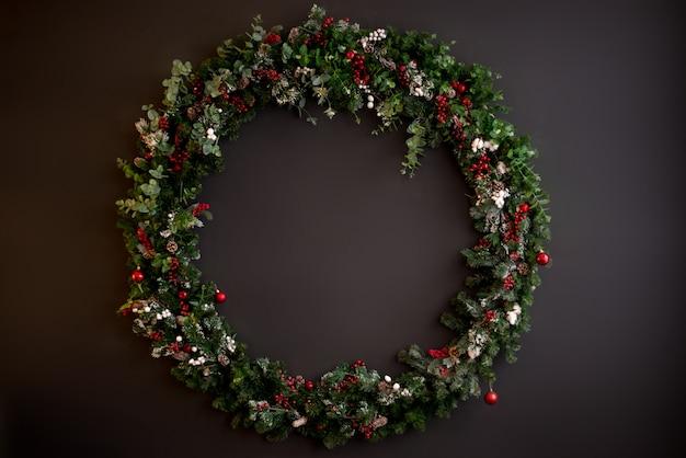Рождественский венок с ягодами