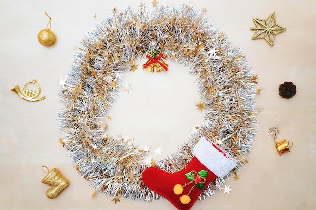 クリスマスの装飾が施されたクリスマスリース。フラットレイ