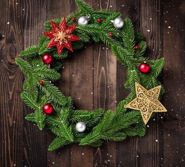 Рождественский венок с декором, вид сверху еловых веток елового дерева свернут по кругу и украшен звездой