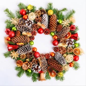전나무 가지, 콘 및 장식품 크리스마스 화 환