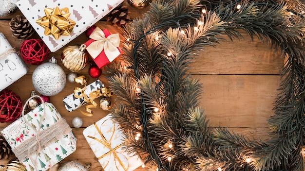 Рождественский венок с подарочными коробками