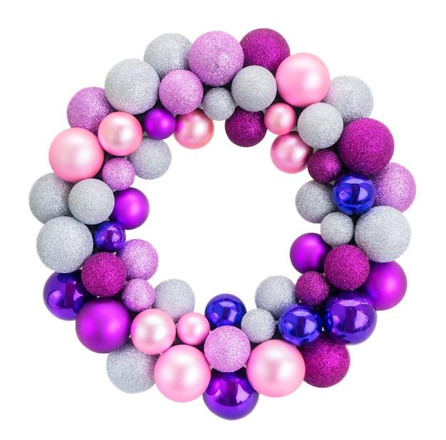 Рождественский венок со стеклянными розовыми и фиолетовыми шарами на белом фоне