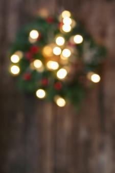 Рождественский венок с огнями расфокусированным фоном