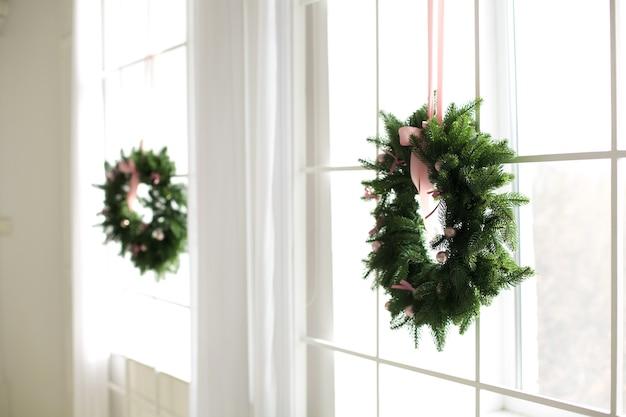 Рождественские венки висят на окнах
