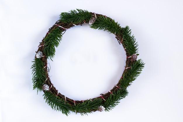 モミの枝で作られたクリスマスリース