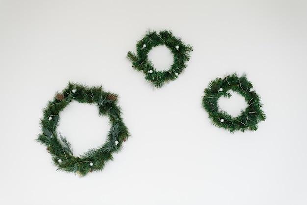 흰 벽 벽에 전나무 나무와 크리스마스 화 환