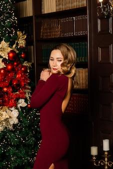 クリスマス、クリスマス、冬、幸福の概念-多くのギフトボックスとサンタの服を着た笑顔の女性