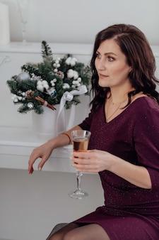 Рождество молодая девушка новый год букет здоровая прическа красивые глаза